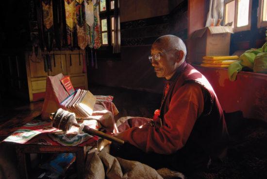 древние книги в храме Тибета
