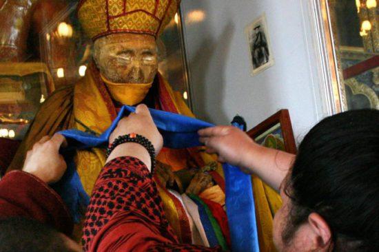 Монахи одевают платок