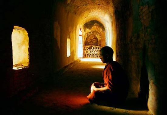 монах практикует