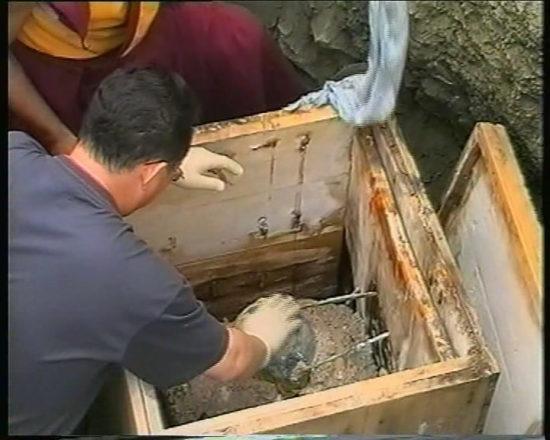 Вскрытие саркофага с монахом