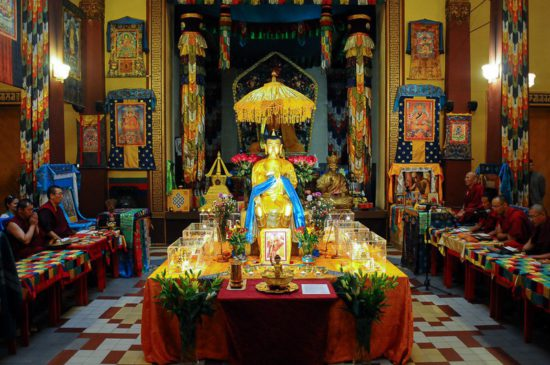 Статуи будды, изображения божеств