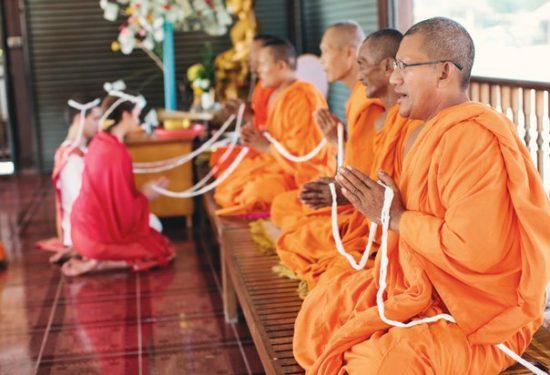Белая гирлянда на молодых в буддийском храме