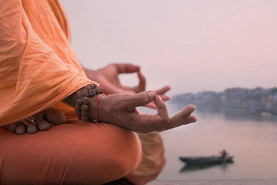 медитативная практика на берегу реки