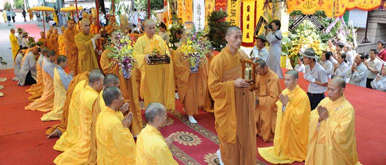 Монахи шествуют с цветами