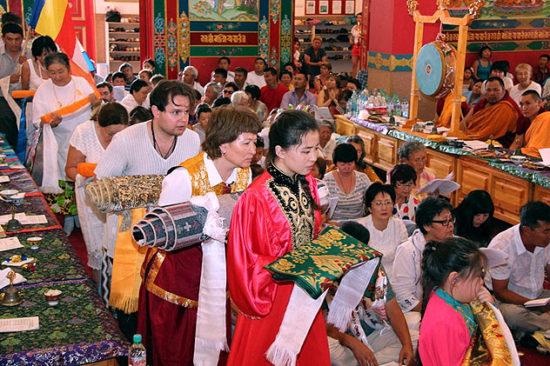 Верующие в буддийском храме
