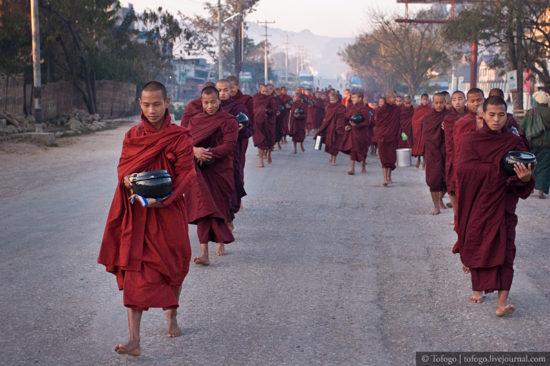 монахи в Бирме