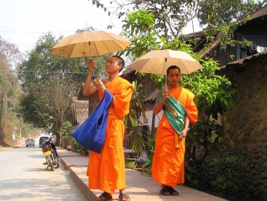 Монахи в Лаосе с зонтиком
