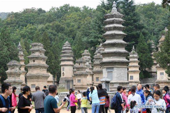 Люди около монастыря в Китае