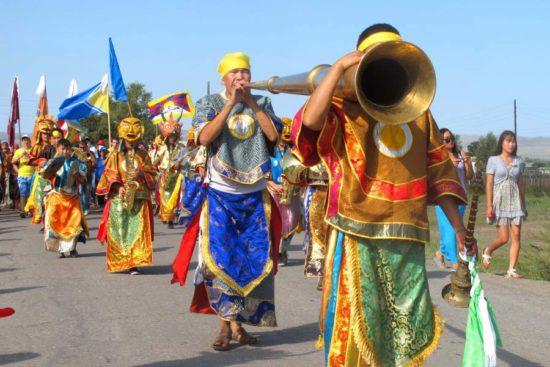 шествие лам в ритуальных масках