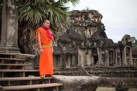 послушник на фоне храма