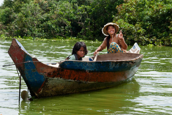 мама и ребенок в лодке