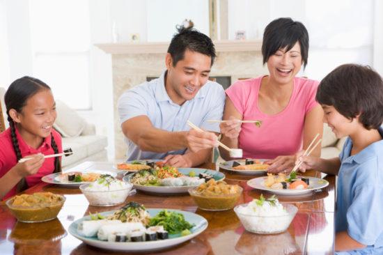 Азиатская семья за столом