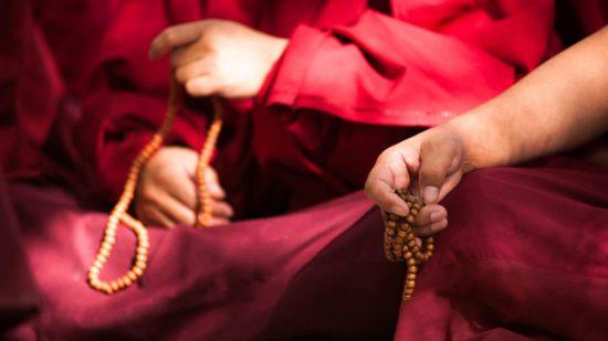 монахи с четками