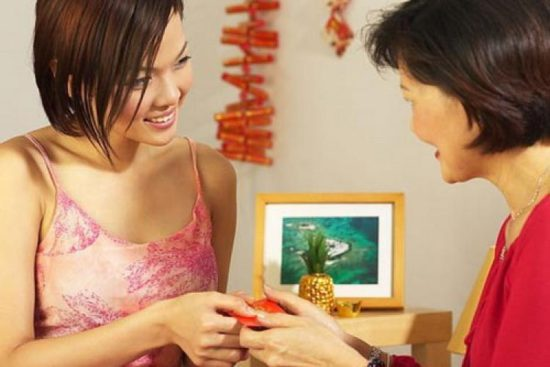 женщины дарят подарки