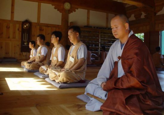 монахи в медитации