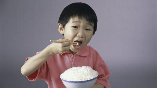 мальчик ест рис