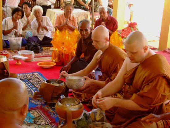 трапеза тхеравадинских монахов