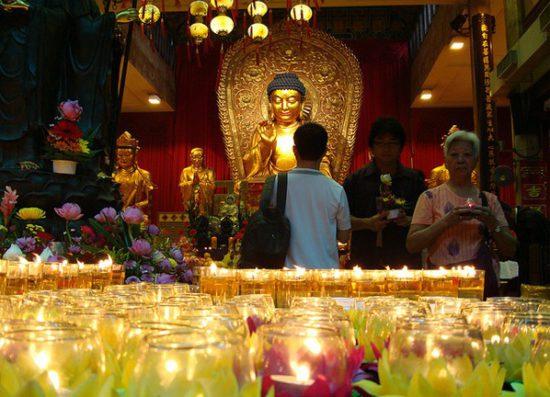 мирянин молится