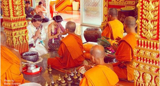 буддийский монах благословляет молодых