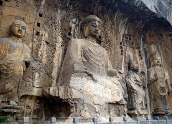 Статуя Будды в пещерном монастыре