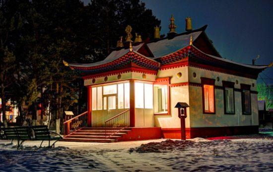буддийский храм ночью