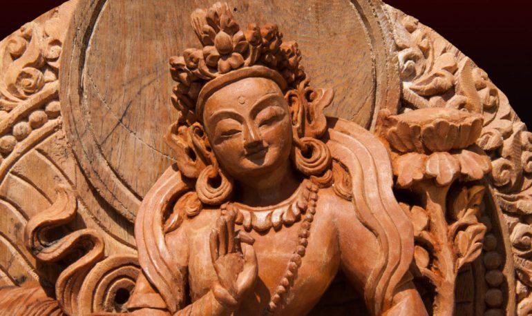 Вырезанная статуя бодхисаттвы