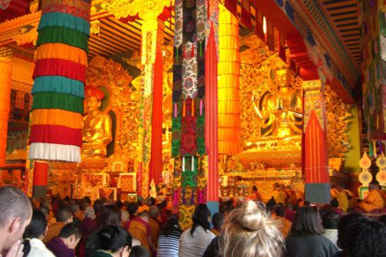 люди в буддийском монастрые