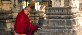монах за чтением