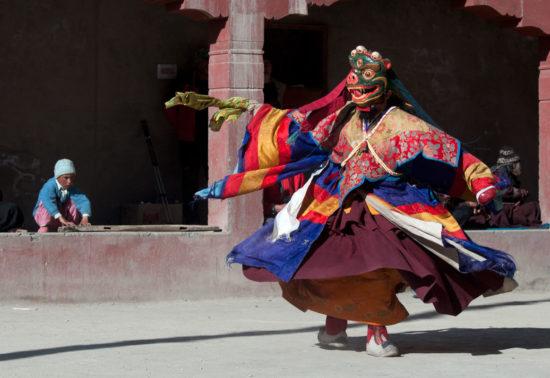 Танец с масками бон