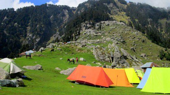 палатки в лагере