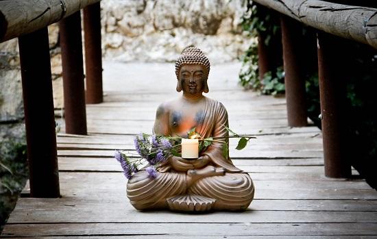 статуя Будды из камня