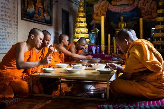 Монахи Камбоджи за обедом