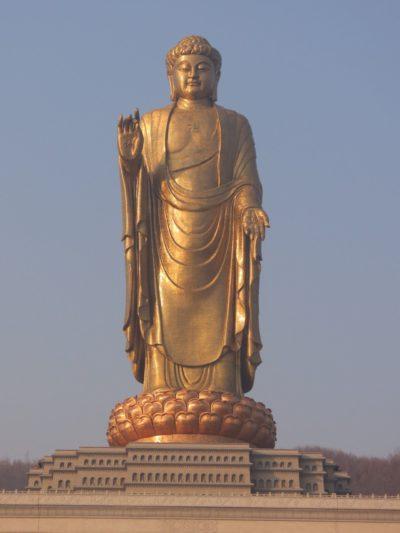 огромная статуя