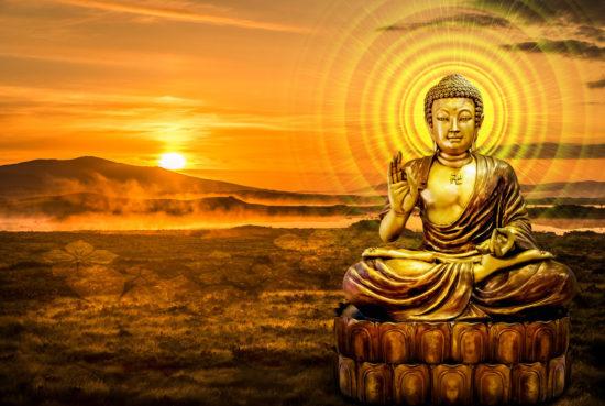 Статуя Будды на золотом фоне