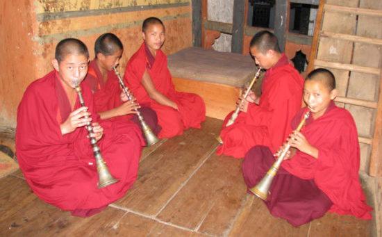 Монахи играют на зурне