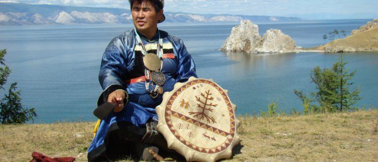 шаман на берегу реки