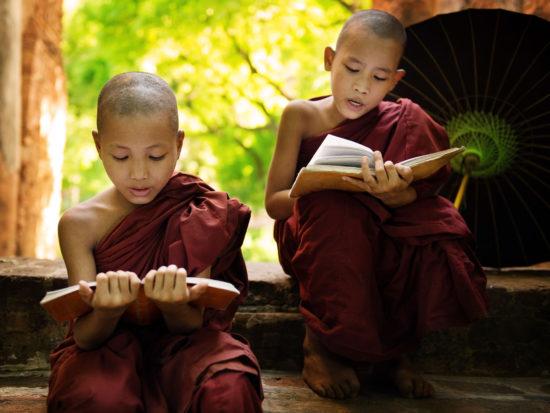 мальчики послушники читают