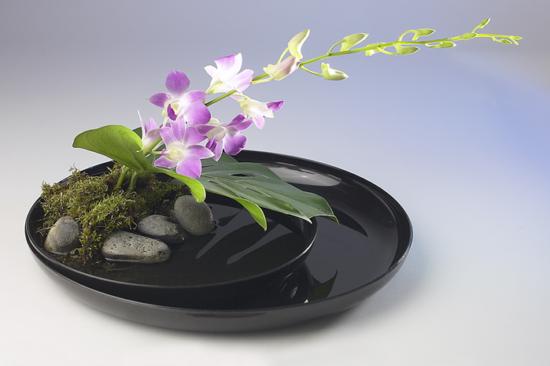 низкая ваза с цветами