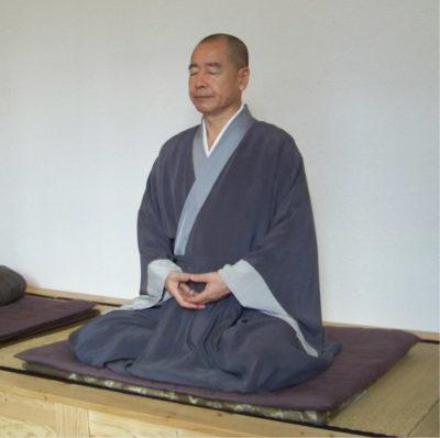 монах медитирует