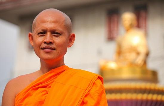 около статуи Будды
