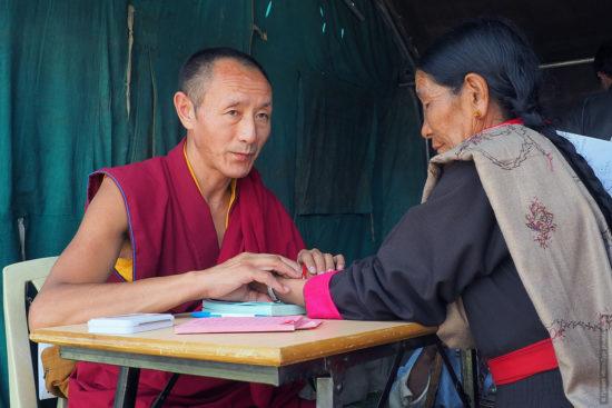 врач тибетской медицины