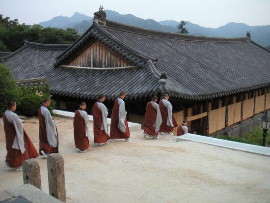 монахи идут в храм