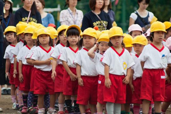 мальчики и девочки на прогулке в Японии