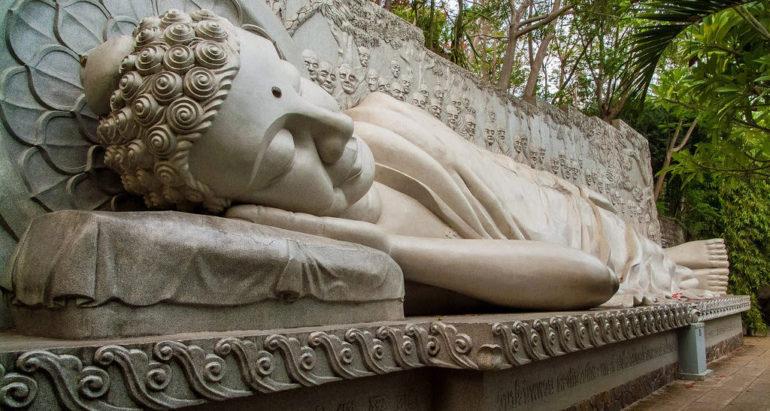 Статуя Будды лежащего