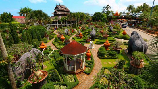 скульптуры слонов в парке в Тайланде