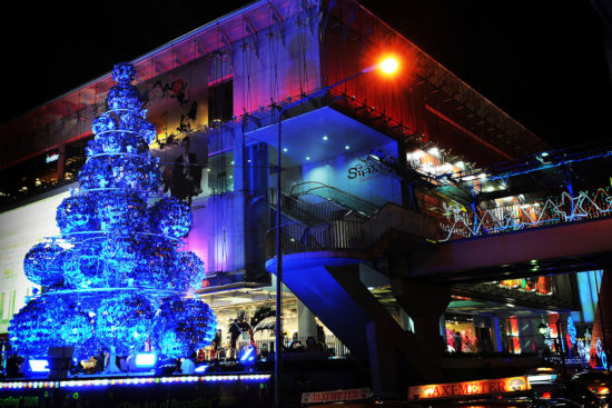украшенный торговый центр