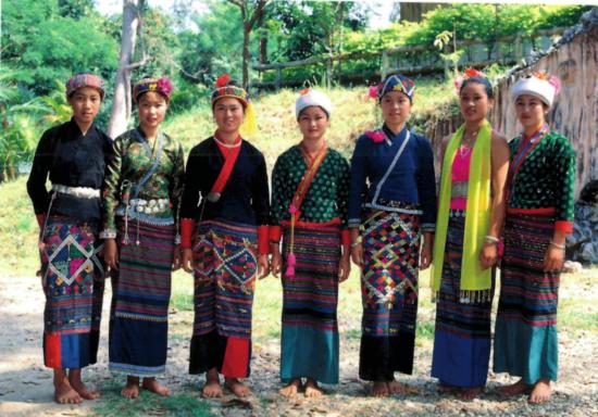 женщины в национальной одежде