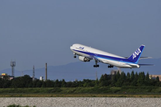 самолет взлетает в аэропорту
