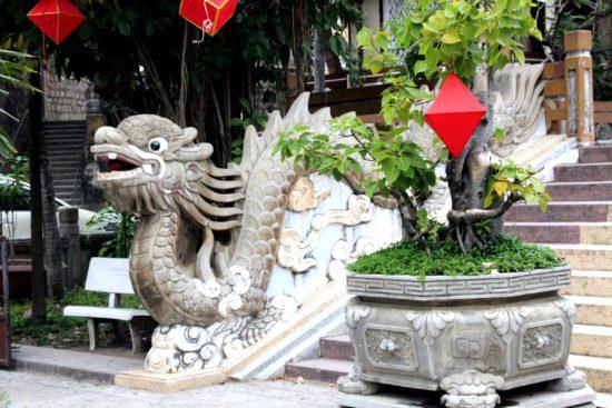 статуи на входе в Лонг Шон
