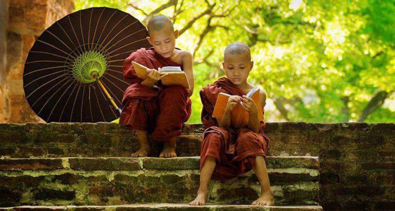 Буддийские монахи читают